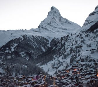 charmosa vila de Zermatt nos Alpes Suíços